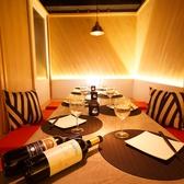 6名様や4名様をご案内可能なお部屋もございます。ワインやシャンパンなどを楽しむには適した空間。広々とした空間でゆったりお楽しみください。
