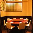 ◆8~12名様向けの円卓個室◆当店一番人気の個室となっております。中二階にあり、他のお席とは隔離されておりますので、周りを気にせずにごゆっくりお過ごしいただけます。ご接待や大切な方とのご会食に最適です。