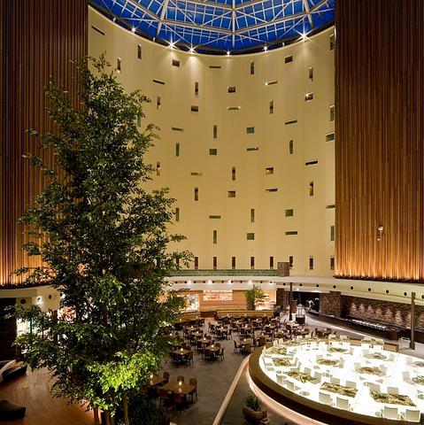 11階まで吹き抜けのアトリウムに位置するレストラン