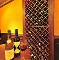 壁に並ぶワインは天井まで届くほどの品揃えボトルワイン!なんと!ALL2000円!