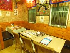 2階のテーブル席は25名様までご利用可。4~6名様でご利用いただけます。