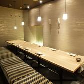 10名様ほどのご利用にオススメの、静かで洗練された掘りごたつ式完全個室。当店のドリンクメニューは厳選した世界各国のワインをはじめ、ビールやカクテルにハイボールなど豊富に揃えております。プレミアム飲み放題では銘柄ワイン・日本酒・焼酎なども対象ですので、是非ご利用ください!!