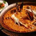 一度食べたらヤミツキ間違いなしの一品♪海の幸の旨味が、お米一粒一粒にしみ込んだ地中海を感じさせる超人気パエジャ。 海老のアヒージョと合わせて食べてるのもオススメ!