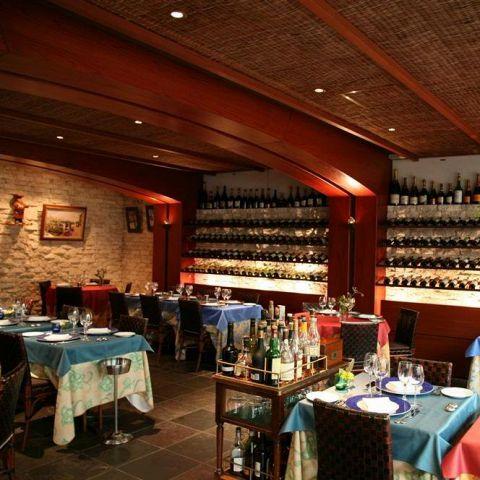 ワインが並ぶ店内は重厚な雰囲気と迫力があり、大人の空間を演出しております。