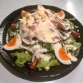 料理メニュー写真たまごとたっぷり生ハムシーザーサラダ
