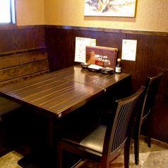 気軽に飲めるテーブル席もございます