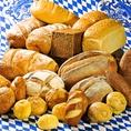 【ドイツパン4種盛合せ】 日本でも人気の「プレッツェル 」やライ麦を100%使用した黒パン「ポンパニッケル」などドイツ名物のパンを複数種類取り揃えています。翌日の朝食へお買い求めいただく方も多く、コースプランではお土産としてご用意。パンと一緒にドイツジャム、バターもございますので、ぜひお試しください。