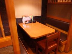 半個室のテーブルもございますので、周りを気にせずにお食事していただけます♪