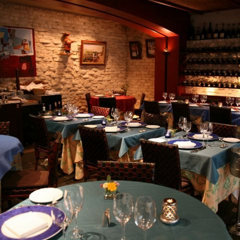 外国人客が多く、本場フランスの雰囲気が味わえるレストラン。食事を心から楽しめる和やかな雰囲気を求めて訪れるファンが多いお店です。