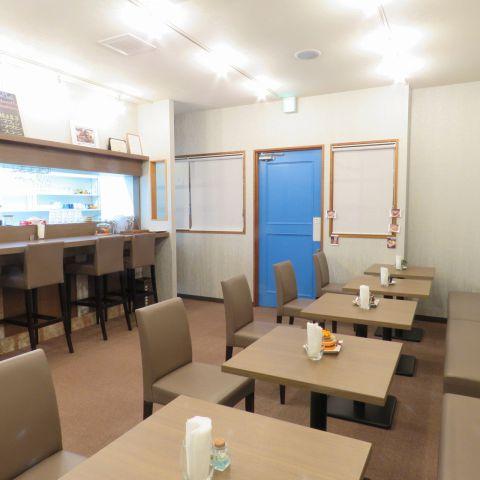 【ゆったり寛げる店内は18席ご用意◎】テーブルとカウンター席をご用意しておりますので、ご友人同士の憩いの場として、お一人様のランチやカフェとしてご利用頂けます♪木の温もり溢れる落ち着いた店内はゆっくりとした時間を過ごすのに最適な空間です。京成高砂駅より徒歩5分の隠れ家的カフェです♪