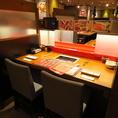 店内のカウンター席は2名様ごとに仕切りで区切られております。周りを気にすることなくお食事をお楽しみ頂ける人気のお席です!