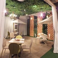 天井を覆う鮮やかなグリーン。緑とシャンデリアの癒しの空間