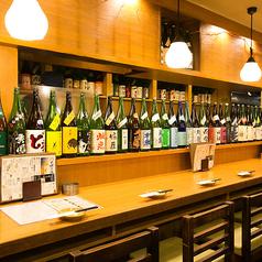 目の前にずらりと並ぶお酒の数々。じっくりお酒と一品料理と向き合える時間がもてるのもカウンターの醍醐味です。