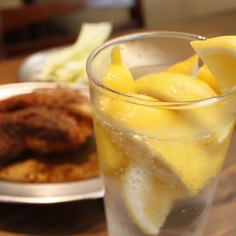 香川名物「骨付き鶏」×柑橘系サワー!徳島産すだちを使用しております。