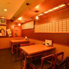 ゆったり座れるテーブル席は4名様テーブルと6名様デーブルがございます。人数に合わせてレイアウトも変更出来ますのでお気軽にお申し付け下さい。