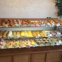 温かく明るい店内とパンの芳ばしい薫りで溢れてます