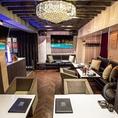6FVIP ルーム「MODIS Libra」。豪華なソファーやシャンデリアの他、専用のバーカウンター・ワインセラーをご用意。ダーツとマッサージチェア付きでお楽しみ頂けます。