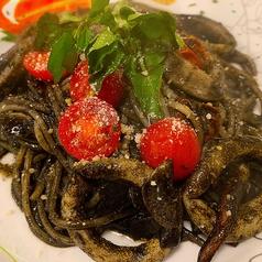 料理メニュー写真イカとトマトのイカ墨パスタ