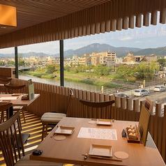 窓から外の景色を眺めながらお食事をお楽しみいただける開放的なテーブル席♪広々とした空間は周りのお客様を気にせずお食事をお楽しみいただけます。少人数から大人数まで、様々なシーンにご利用ください!