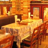広めのテーブル席でアジアン料理をお楽しみください♪人数に合わせて、レイアウト変更可能です。