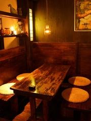 暖かい照明が照らされた雰囲気抜群のテーブル席◎
