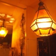 店内を灯すモロッコランプ