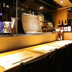 お一人様でも気軽に立ち寄れるカウンター席。オープンキッチンから提供される新鮮な海鮮料理やお肉料理などの和食、美味しいお酒をご堪能ください。