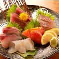 新鮮な築地直送の鮮魚のお造りは是非日本酒や焼酎と一緒にご堪能くださいませ。
