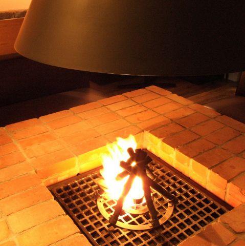 店内中央に配す暖炉は、テーブルとしても席としても大活躍。通常は、テーブルとして、パーティー時は料理台にも席にも!暖炉を囲んで座って素敵な時間をすごしてください。