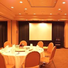 2Fホテル宴会会場:全体を見渡せる店内はホテル宴会場ならでは。フロア貸切時は廊下にバーカウンター設置など使い方もお客様に合わせていただけます。お料理のスタイル他詳細はお気軽にご相談ください