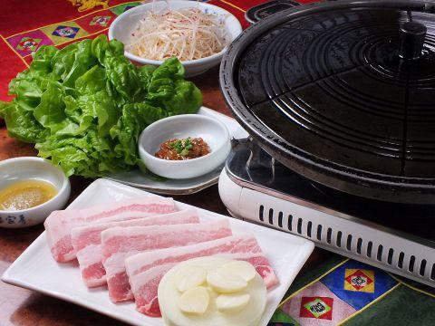 韓国の伝統的な母(オモニ)の味を日本の皆様にご紹介したいと考えています。手作りの味を大切にした妻家房のポリシーです。人気のサムギョプサルもございます!