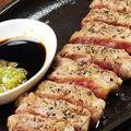 料理メニュー写真刻みわさびで食べる鉄板牛ロース