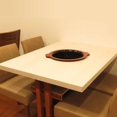 4名様用テーブル。お一人様からご利用可能。女子会などに◎