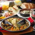 料理や雰囲気でご満足いただきたいというおもてなしの思いから生まれる、ボリューム満点のコース。大皿を愉しく囲むスペイン・イタリアの食をベースに、シーンやご予算に合わせた飲み放題付きコースを多数ご用意しました。クリスマスなどシーズンイベントに向けた特別コースもお愉しみいただけます。