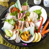 【生簀の活魚も大人気!】注文に応じて生簀から活きの良い活魚をすくい、手早くさばいて盛り付けいたします♪他にも当日仕入れる産地直送の鮮度抜群な鮮魚のお刺身7種盛りなどなど!色鮮やかで見た目もお楽しみ頂けます♪