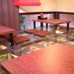 床がガラス張りの涼しげなお席です。