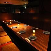 4名様~最大16名様までご利用になれるおテーブル席♪膝を突き合わせてゆっくりとできます☆合コン、達成会、祝い事にも☆飲み放題付コースは2500円~ご用意/単品飲み放題は980円で!みんなでわいわいお酒の席をお楽しみください。