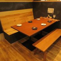 木のぬくもり溢れるテーブル席は最大6名様までご利用可