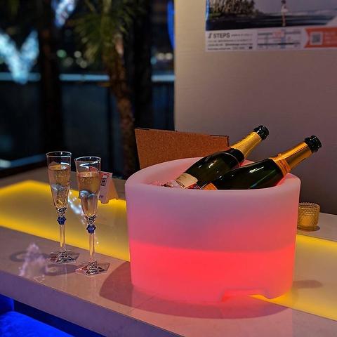 中洲の夜景が見えるソファーとお酒で非日常を味わえる空間。
