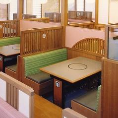 広々とした店内落ち着いたテーブル席です。人数に応じてお席をご用意いたします。※系列店の画像です。