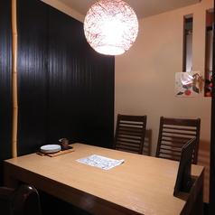 個室風のテーブル席。会議や接待、少人数での宴会に最適です。