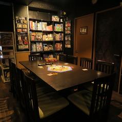 【メインルーム】テーブル席です。 ☆人数によって自由に席を移動できます。200種類以上あるボードゲームから、お客様に合ったゲームをご用意いたします♪