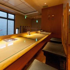 2名様用長椅子を3席ご用意している2階のカウンター席です。カウンターといえば正面がキッチンのイメージが強いですが、当店のカウンターは吹き抜けに面したカウンターですので、開放感があり、人の視線が気になりません。木のぬくもりあるお洒落なカウンターはデートに最適です☆【香里園/居酒屋/ランチ/飲み放題】