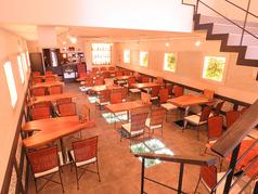 店内は広いテーブル席あります。