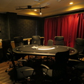 【ポーカールーム】テーブル席です。 ☆連日連夜繰り広げられるこの空間での戦いは、真剣勝負。海外で爆発的人気を博し、日本でも徐々に盛り上がりを見せてきた『テキサスホールデムポーカー』を遊ぶためのお部屋です。チップ貸出・引出料金がないので、リーズナブルに遊べます。