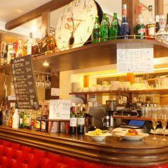 フランスを思わせるカウンターにはワインやリキュールのボトルが所狭しと並べられています♪ お好きなお酒等スタッフにお申し付け下さいね★