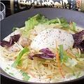 料理メニュー写真海老と温泉卵のシーザーサラダ