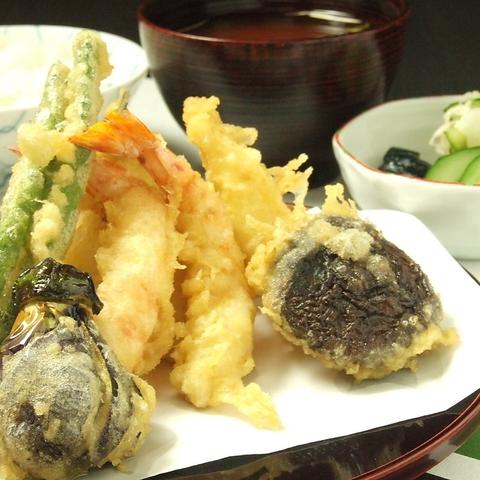 創業昭和3年伝統の味と粋な店構え、揚げたての味が楽しめるお店です。