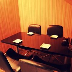 2名様から4名様までご利用いただけるテーブル席。お席は革製のものを使用しテーブル席でもゆったりとくつろいでいただけます。【岡山/居酒屋/宴会/飲み放題/本町/誕生日/記念日/単品飲み放題/肉/個室/掘りごたつ】