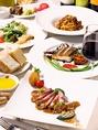 カジュアルダイニング・カフェのディナータイムではパスタや釜で焼き上げたピッツァ、イタリアンドルチェなど豊富なアラカルトメニューをご用意。カウンターも7席あり、お一人様でもお気軽にご利用可能です。
